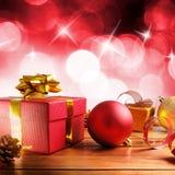 Decoração vermelha do Natal em uma composição de madeira do quadrado da tabela Foto de Stock
