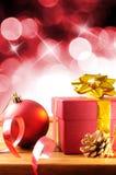 Decoração vermelha do Natal em uma composição de madeira do vertical da tabela Imagem de Stock