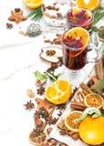 Decoração vermelha quente ferventada com especiarias da tabela do Natal do perfurador do vinho Imagens de Stock Royalty Free