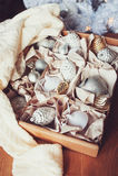 Decorações à moda brilhantes brancas e de prata do Natal na caixa, comemorando o ano novo 2017 em casa Foto de Stock