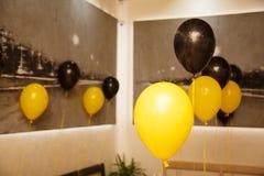 Decorações à moda do aniversário para o rapaz pequeno em seu quarto aniversário Fotos de Stock