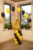 Decorações à moda do aniversário para o rapaz pequeno em seu quarto aniversário Fotografia de Stock Royalty Free