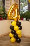 Decorações à moda do aniversário para o rapaz pequeno em seu quarto aniversário Imagens de Stock Royalty Free