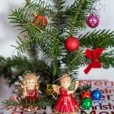Decorações agradáveis do Natal do anjo e dos globos Imagens de Stock