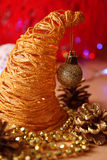 Decorações amarelas do Natal no fundo vermelho Imagens de Stock