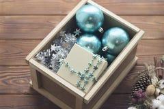 Decorações azuis em uma caixa de madeira imagem de stock royalty free