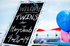 Decorações bem-vindas da festa do bebê na tabela Imagem de Stock