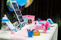 Decorações bem-vindas da festa do bebê na tabela Imagens de Stock Royalty Free