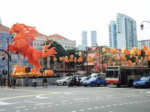 Decorações cavalo-temáticos alaranjadas para comemorar o ano novo chinês na rua sul da ponte, distrito do bairro chinês, Singapur fotos de stock royalty free