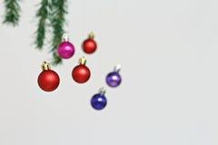 Decorações coloridas das bolas do Natal Fotos de Stock Royalty Free