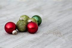 Decorações coloridas do Natal na tabela de madeira na luz do dia Imagem de Stock Royalty Free