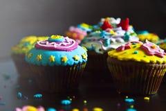 Decorações coloridas dos queques bonitos fotografia de stock