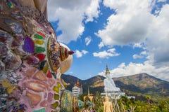 Decorações coloridas e cinco estátuas de assento da Buda em Wat Pha Sorn KaewWat Phra Thart Pha Kaewin Khao Kho, Phetchabun, nort Foto de Stock