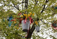 Decorações com os baldes de suspensão com os narcisos amarelos amarelos na parada tradicional Bloemencorso das flores Imagem de Stock Royalty Free