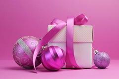 Decorações cor-de-rosa do presente e do bauble do Natal do tema Foto de Stock Royalty Free