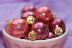 Decorações cor-de-rosa e roxas do Natal Imagens de Stock
