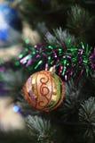 Decorações da árvore de Natal - bolas, corações, ouropel, festão, pendurando em uma árvore de Natal fotografia de stock royalty free