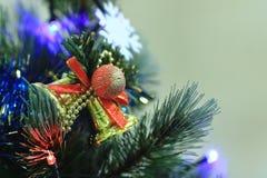 Decorações da árvore de Natal - bolas, corações, ouropel, festão, pendurando em uma árvore de Natal fotos de stock royalty free