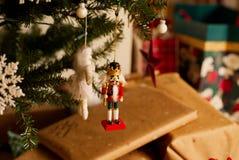 Decorações da árvore de Natal com presentes no fundo Fotografia de Stock Royalty Free
