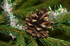 Decorações da árvore de Natal em ramos de árvore do abeto Foto de Stock Royalty Free