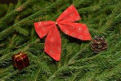 Decorações da árvore de Natal em ramos de árvore do abeto Imagens de Stock Royalty Free