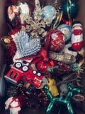 Decorações da árvore de Natal em uma caixa Foto de Stock