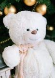Decorações da árvore de Natal Urso do brinquedo perto de uma árvore dos cristmas Fotos de Stock Royalty Free