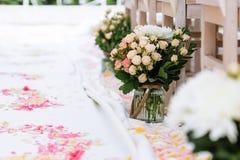 Decorações da cerimônia de casamento, pétalas cor-de-rosa Imagens de Stock