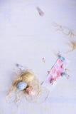 Decorações da cor pastel do feriado da Páscoa Ovos coloridos, sobremesa doce, orelhas do coelho Vista superior, espaço da cópia Fotografia de Stock Royalty Free