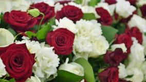 Decorações da flor nas tabelas do casamento vídeos de arquivo