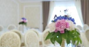 Decorações da flor nas tabelas do casamento video estoque