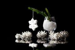 Decorações da neve do ` s do Natal e do ano novo em um refl preto do espelho Imagem de Stock