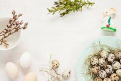 Decorações da Páscoa no branco de cima - da mola Fotos de Stock