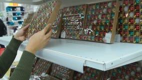 Decorações de compra do Natal da mulher vídeos de arquivo