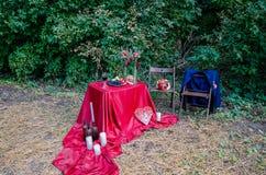 Decorações de Edding fora Vidros do vinho, da placa com frutos e de decorações florais na tabela foto de stock royalty free