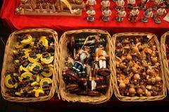 Decorações de madeira alemãs tradicionais do Natal em uma cesta de vime em um Natal justo Fotografia de Stock