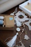 Decorações de madeira do Natal feitos a mão Cabeça de um cervo, de árvores de Natal e de estrelas Caixa de Kraft com fitas Fotografia de Stock