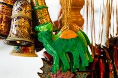Decorações de madeira pintadas coloridas do Natal em um mercado Imagem de Stock