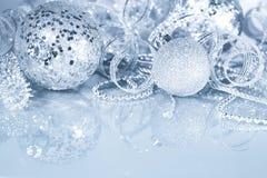 Decorações de prata do Natal fotografia de stock royalty free