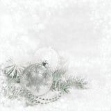 Decorações de prata do Natal no fundo do inverno foto de stock