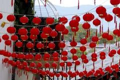 Decorações de uma rua - similares às lanternas pequenas - da cidade histórica de Lijiang, Yunnan, China imagem de stock