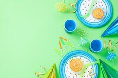 Decorações do aniversário do menino na tabela verde Imagens de Stock