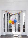 Decorações do aniversário na casa fotografia de stock