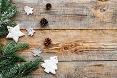 Decorações do ano novo com brinquedos, cones do pinho e branche da árvore de Natal na zombaria de madeira do veiw da parte superi Fotografia de Stock Royalty Free