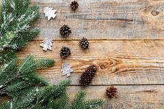 Decorações do ano novo com cones do pinho e branche da árvore de Natal na zombaria de madeira do veiw da parte superior do fundo  Fotografia de Stock Royalty Free