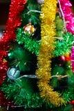 Decorações do ano novo/Natal que penduram em uma árvore imagens de stock