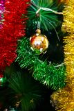 Decorações do ano novo/Natal que penduram em uma árvore Foto de Stock Royalty Free