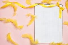 Decorações do caderno e da mola isoladas no rosa imagens de stock royalty free