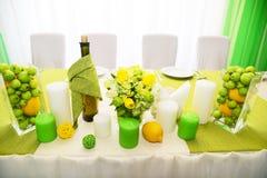 Decorações do casamento Ajuste bonito da tabela do feriado com maçãs fotos de stock