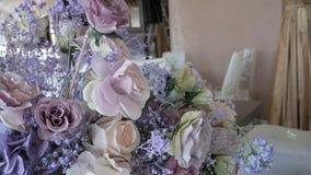 Decorações do casamento Arranjos de flor de flores frescas e secadas vídeos de arquivo
